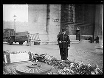 Roger-Viollet | 214036 | Mr Gaudin, guard of the Flame at the Tomb of the Unknown Soldier. Paris (VIIIth arrondissement), on December 14, 1938. Photograph from the collections of the newspaper  Excelsior . | © Excelsior - L'Equipe / Roger-Viollet