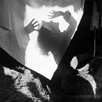 Roger-Viollet | 214822 | Gaston, Paris (1903-1964). Le Graal (Allemagne), (Les chevaliers du Graal). négatif sur support souple en nitrate de cellulose. [s. d.]. Bibliothèque historique de la Ville de Paris. | © Gaston Paris / BHVP / Roger-Viollet