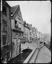 Roger-Viollet | 216077 | Vieilles maisons de la rue Haute des Tanneurs. Amiens (Somme), vers 1900. | © Neurdein / Roger-Viollet