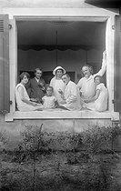 Roger-Viollet | 217914 | Poètes russes émigrés en France vers 1925. Ivan Chmelev (1873-1950) au centre et Konstantine Balmont (1867-1942) à droite. | © Boris Lipnitzki / Roger-Viollet