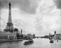 Roger-Viollet | 218180 | Exposition universelle de 1900. La Seine, le pavillon du Creusot. Paris (VIIème arr.). | © Léon & Lévy / Roger-Viollet
