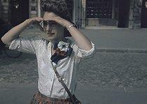 Roger-Viollet | 218345 | World War II. Parisian woman wearing a three-coloured rosette, Paris. Photograph by André Zucca (1897-1973). Bibliothèque historique de la Ville de Paris. | © André Zucca / BHVP / Roger-Viollet