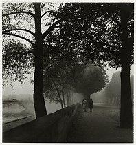 Roger-Viollet | 220453 | Strollers, avenue de Tokyo (present avenue de New-York). Paris (XVIth arrondissement), 1938. Photograph by Roger Schall (1904-1995). Paris, musée Carnavalet. | © Roger Schall / Musée Carnavalet / Roger-Viollet