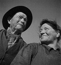 Roger-Viollet | 221685 | FRANCE - COUPLE OF FARMERS | © Gaston Paris / Roger-Viollet