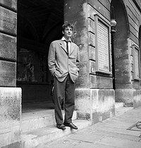 Roger-Viollet   221918   Jean-Paul Belmondo (1933-2021), French actor, at the Conservatoire competitive entry examination. Paris, July 1954.   © Studio Lipnitzki / Roger-Viollet