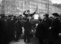 Roger-Viollet | 223353 | Street peddler making a demonstration with chemicals. Paris, 1909. | © Jacques Boyer / Roger-Viollet
