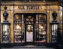 Roger-Viollet | 223477 |  Aux Tortues , luxury shop, 37 rue Tronchet at the corner of the boulevard Haussmann. Paris (VIIIth arrondissement), 1983. Photograph by Felipe Ferré (born in 1934). Paris, musée Carnavalet. | © Felipe Ferré / Musée Carnavalet / Roger-Viollet