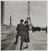 Roger-Viollet | 225036 | World War II. German soldier and young woman flirting, place du Trocadéro. View on the Eiffel Tower. Paris (VIIth-XVIth arrondissements). 1941. Photograph by Roger Schall (1904-1995). Paris, musée Carnavalet. | © Roger Schall / Musée Carnavalet / Roger-Viollet