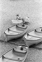 Roger-Viollet | 227227 | Beach scene. Brighton (England), on August 5, 1980. | © Jean-Pierre Couderc / Roger-Viollet