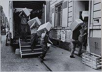 Roger-Viollet | 227765 | Through the streets of Paris. Removal men, 1971. Photograph by Jean Marquis (1926-2019). Bibliothèque historique de la Ville de Paris. | © Jean Marquis / BHVP / Roger-Viollet