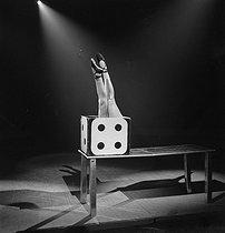 Roger-Viollet | 231556 | Miss Dora, contortionist. | © Gaston Paris / Roger-Viollet