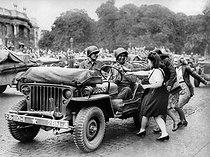 Roger-Viollet | 231967 | World War II. Liberation of Paris. Parisians celebrating the american troops marching past the Champs-Elysées. Late August 1944. | © Neurdein / Roger-Viollet