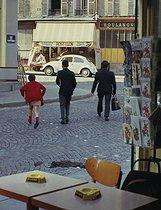 Roger-Viollet | 232104 | Children crossing the street. View from a café, rue des Couronnes. Paris (XXth arrondissement), September 1969. Photograph by Léon Claude Vénézia (1941-2013). | © Léon Claude Vénézia / Roger-Viollet