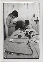 Roger-Viollet | 235359 |  Les 3 F . Stage d'électricité pour femmes. Paris, 25-28 octobre 1983. Photographie de Catherine Deudon (née en 1940). Paris, Bibliothèque Marguerite Durand. | © Catherine Deudon / Bibliothèque Marguerite Durand / Roger-Viollet
