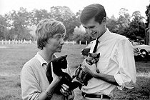 Roger-Viollet | 236324 | Françoise Sagan, French writer, with Anthony Perkins, American actor, August 1960. | © Bernard Lipnitzki / Roger-Viollet