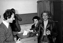 Roger-Viollet | 238557 | Gisèle Halimi (1927-2020), Tunisian-born French lawyer, feminist activist and politician, voting for the legislative elections. France, on March 12, 1978. | © Roger-Viollet / Roger-Viollet