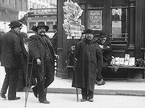 Roger-Viollet | 238616 | Newspaper seller in front of the Stock Exchange (IInd arrondissement). Paris, 1903. | © Jacques Boyer / Roger-Viollet