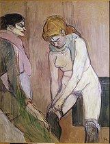 Roger-Viollet | 241705 | Femme enfilant son bas | © Roger-Viollet / Roger-Viollet