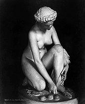 Roger-Viollet | 242551 | Pradier. Toilette d'Atalante. Louvre. | © Léopold Mercier / Roger-Viollet