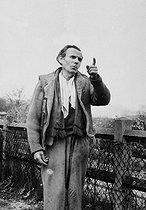 Roger-Viollet | 242915 | Louis-Ferdinand Céline (1894-1961), écrivain français. Meudon (Hauts-de-Seine), vers 1955. | © Bernard Lipnitzki / Roger-Viollet