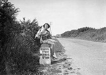 Roger-Viollet | 247341 | Hitch-hicker on the road between Trégastel and Perros-Guirrec (Côtes-d'Armor) in Brittany, 1938. | © LAPI / Roger-Viollet
