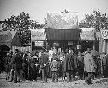 Roger-Viollet | 248585 | Gingerbread fair. The stand of the octopus. Paris, about 1894-1895.$$$ | © Léon & Lévy / Roger-Viollet
