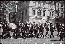 Roger-Viollet | 249309 | World War II. Daily changing of the German guard in Paris. Photograph by André Zucca (1897-1973). Bibliothèque historique de la Ville de Paris. | © André Zucca / BHVP / Roger-Viollet