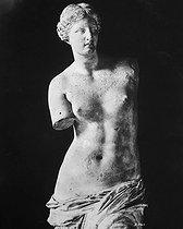 Roger-Viollet | 254673 | Venus de Milo (or Aphrodite of Milos). Greek sculpture, 130 and 100 BC. Paris, Louvre Museum. | © Collection Roger-Viollet / Roger-Viollet