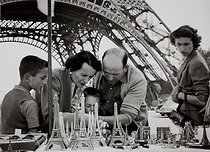 Roger-Viollet | 255244 | Man selling miniatures of the Eiffel Tower. Paris, 1950s. Photograph by Janine Niepce (1921-2007). | © Janine Niepce / Roger-Viollet