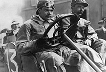 Roger-Viollet   255569   Victor Hémery (1876-1950), pilote automobile français, dépassant le premier les 200km/h à bord d'une Blitzen-Benz. Circuit de Brooklands (Angleterre), 1909.   © Maurice-Louis Branger / Roger-Viollet