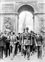 Roger-Viollet | 255855 | World War II. Liberation of Paris. General Charles De Gaulle (1890-1970) surrounded by Georges Bidault and Alexandre Parodi, going down the Champs-Elysées. In the background: Generals Charles Leclerc and Marie Pierre Koenig. Paris, 1944. | © CAP / Roger-Viollet