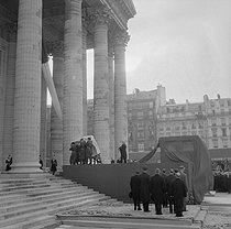 Roger-Viollet | 257023 | Transfer of Jean Moulin's body (1899-1943), French member of the Resistance, at the Panthéon, in the presence of the general De Gaulle, Georges Pompidou and André Malraux. Paris, December 1964. | © Jacques Cuinières / Roger-Viollet