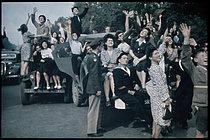 Roger-Viollet | 257756 | World War II. Allied planes flying over the Champs-Elysées, Paris. Photograph by André Zucca (1897-1973). Bibliothèque historique de la Ville de Paris. | © André Zucca / BHVP / Roger-Viollet