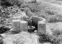 Roger-Viollet | 258480 | Epandage. Détail de la vanne à eau d'égout. Gennevilliers (Hauts-de-Seine). | © UB / Roger-Viollet