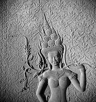 Roger-Viollet | 259789 | Detail of an Apsara (western entrance lodge, northern tower, western facade, south panel), 12th century. Angkor Vat (Cambodia), January 1962. Photograph by Hélène Roger-Viollet (1901-1985) and Jean Fischer (1904-1985). | © Hélène Roger-Viollet & Jean Fischer / Roger-Viollet