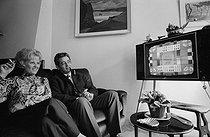 Roger-Viollet   261279   Catherine Langeais (1923-1998) and her husband Pierre Sabbagh (1918-1994), French television hosts. France, 1970. Photograph by Georges Kelaïditès (1932-2015).   © Georges Kelaïditès / Roger-Viollet