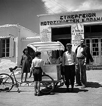 Roger-Viollet | 262859 | Ice-cream vendor. Paludo (Salamis Island, Greece), May 1952. Photograph by Hélène Roger-Viollet (1901-1985) and Jean Fischer (1904-1985). | © Hélène Roger-Viollet & Jean Fischer / Roger-Viollet