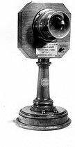 Roger-Viollet | 263579 | Transmetteur microphonique, haut-parleur sur pied avec pavillon de Ducretet et E. Roger. | © Ernest Roger / Roger-Viollet