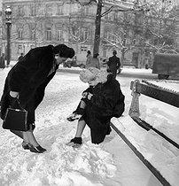 Roger-Viollet | 263845 | Paris under the snow, 1945. | © Pierre Jahan / Roger-Viollet
