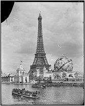 Roger-Viollet | 264256 | Paris, Exposition universelle de 1900. La Tour Eiffel. | © Neurdein / Roger-Viollet
