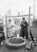 Roger-Viollet | 264316 | Laboratoire mobile pour l'analyse de l'eau d'un puits. Oise, 1919. | © Jacques Boyer / Roger-Viollet