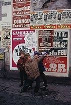Roger-Viollet | 265273 | Children playing in the district of Belleville. Paris (XXth arrondissement), March 1970. Photograph by Léon Claude Vénézia. | © Léon Claude Vénézia / Roger-Viollet
