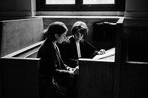 Roger-Viollet | 267813 | Gisèle Halimi (1927-2020), Tunisian-born French lawyer, feminist activist and politician, during a divorce lawsuit. Paris lawcourts, 1970's. Photograph by Janine Niepce (1921-2007). | © Janine Niepce / Roger-Viollet