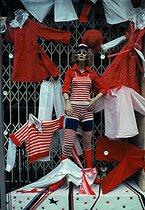 Roger-Viollet | 268546 | Women's clothing shop, rue Réaumur. Paris, March 1976. Photograph by Léon Claude Vénézia. | © Léon Claude Vénézia / Roger-Viollet