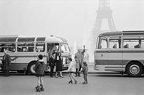 Roger-Viollet | 269231 | Place du Trocadéro. Paris (XVIth arrondissement), 1950's. Photograph by Janine Niepce (1921-2007). | © Janine Niepce / Roger-Viollet