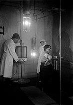 Roger-Viollet | 269290 | Institut d'actinologie. Traitement du lupus du bras par rayons X. Paris, 1927. | © Jacques Boyer / Roger-Viollet