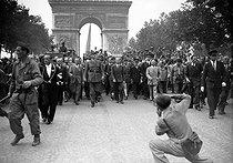 Roger-Viollet | 269762 | World War II. Liberation of Paris. General de Gaulle, André Le Troquer, Bidault, Alexandre Parodi, Generals Leclerc and Juin, going down the Champs-Elysees. Paris, on August 24, 1944. | © Collection Roger-Viollet / Roger-Viollet