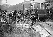 Roger-Viollet | 271574 | The 1937 Tour de France. On the right: Roger Lapébie. | © LAPI / Roger-Viollet