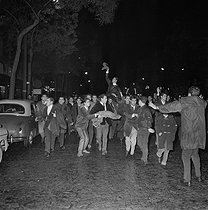 Roger-Viollet | 273417 | Algerian war. Demonstration of Algerian workers. Paris, on October 17, 1961. | © Jacques Boissay / Roger-Viollet