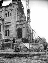 Roger-Viollet | 273913 | Montmartre. Installation of the equestrian statue of Saint Louis, by Hippolyte Lefèbvre (1863-1935), in front of the Sacré-Coeur basilica. Paris (XVIIIth arrrondissement), 1927. | © Albert Harlingue / Roger-Viollet